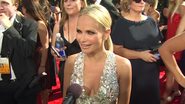 vidéos et rushes de kristin chenoweth on being nominated, experiencing the emmys, how long it took to get ready, her dress. at the 61st annual primetime emmy awards -... - annual primetime emmy awards