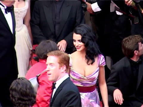 vidéos et rushes de kristin scott thomas and penelope cruz at the 2005 cannes film festival - closing ceremony and 'chromophobia' screening at cannes . - penélope cruz