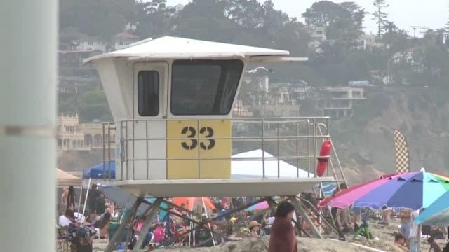 people at la jolla shores - cabina del guardaspiaggia video stock e b–roll