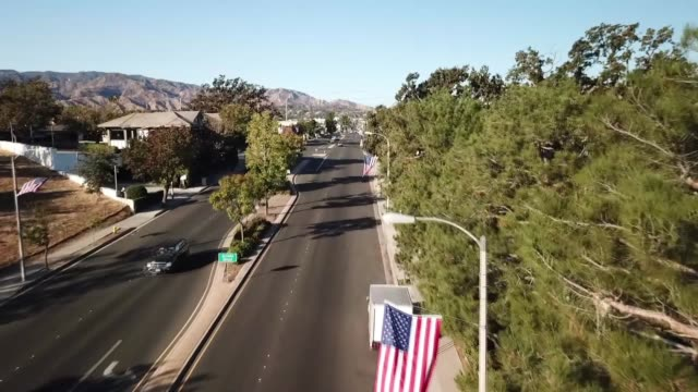 drone pov american flag - santa clarita video stock e b–roll
