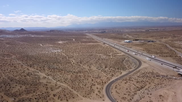 drone pov interstate 15 in mojave desert - deserto mojave video stock e b–roll