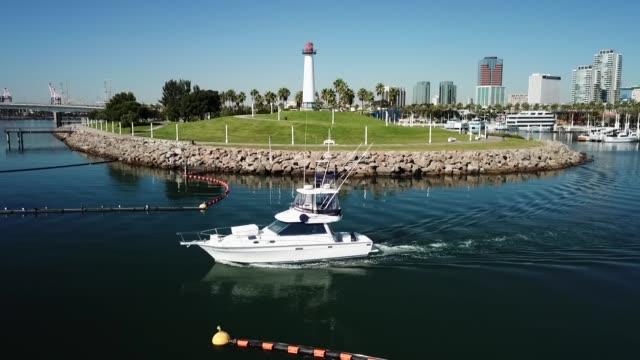 vídeos de stock e filmes b-roll de drone povrainbow lighthouse - long beach califórnia
