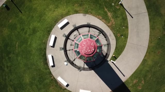 stockvideo's en b-roll-footage met drone povrainbow lighthouse - long beach californië