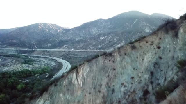 drone povsan andreas fault starting in the cajon pass - faglia di sant'andrea video stock e b–roll