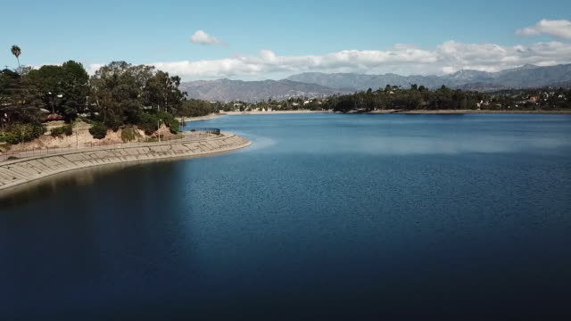 drone pov silver lake reservoir - bacino idrico video stock e b–roll