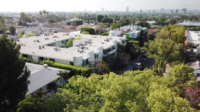vídeos y material grabado en eventos de stock de drone pov west hollywood neighborhood - west hollywood