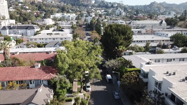 stockvideo's en b-roll-footage met drone pov west hollywood neighborhood - west hollywood