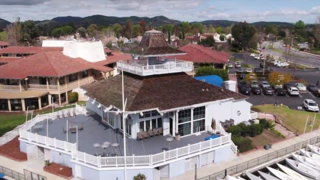 drone pov westlake village - subjektive kamera blickwinkel aufnahme stock-videos und b-roll-filmmaterial