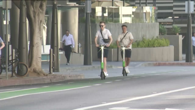 electric scooters in santa monica - motorino video stock e b–roll