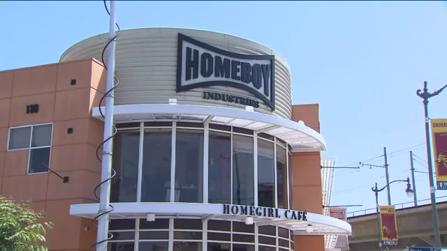 vidéos et rushes de exterior and interior of homeboy industries/homegirl cafe in los angeles - amitié masculine