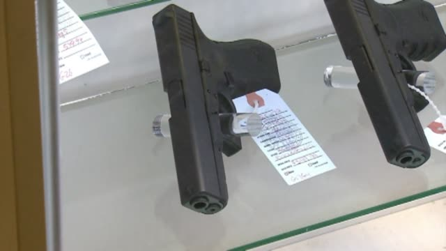 stockvideo's en b-roll-footage met inside gun shop in los angeles - vuurwapenwinkel