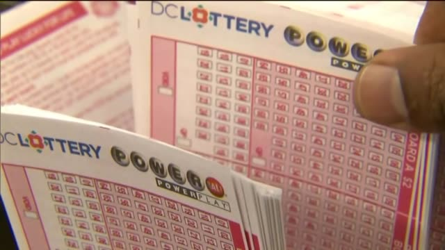 stockvideo's en b-roll-footage met people buying lottery tickets at blue bird liquor in hawthorne. - loterijlootje