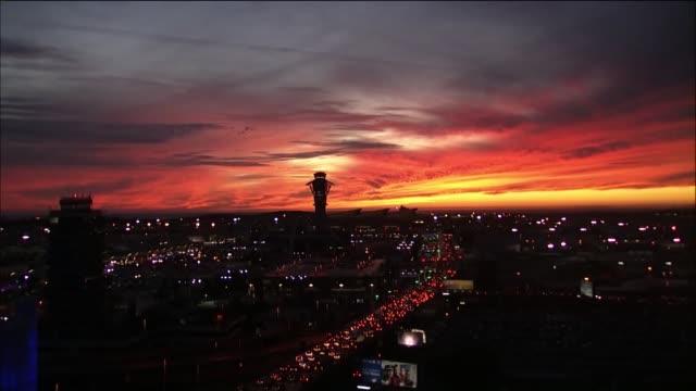 time lapse of sunset at lax. - ロマンチックな空点の映像素材/bロール