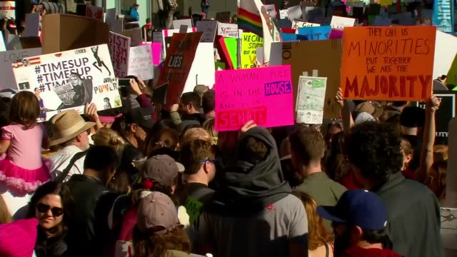 vidéos et rushes de women's march in downtown los angeles. - défiler