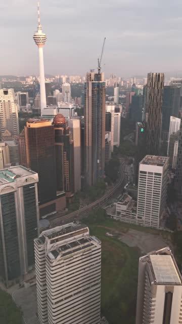 高角度の景色からクアラルンプール市街並み - メナラクアラルンプールタワー点の映像素材/bロール