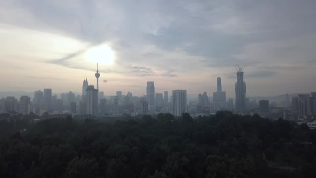 vídeos de stock e filmes b-roll de kuala lumpur early in the morning from the view public park seeing cityscape of the capital city - kuala lumpur