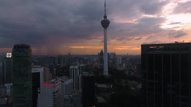 stockvideo's en b-roll-footage met de skyline van kuala lumpur met kl toren - kuala lumpur