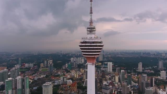 kuala lumpurs skyline med kl-tornet - kuala lumpur tower bildbanksvideor och videomaterial från bakom kulisserna
