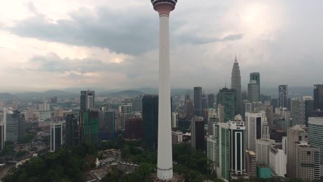 vídeos de stock, filmes e b-roll de kuala lumpur skyline com torre kl - torre menara kuala lumpur