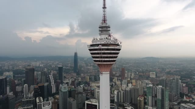 kl タワーとクアラルンプールのスカイライン - メナラクアラルンプールタワー点の映像素材/bロール