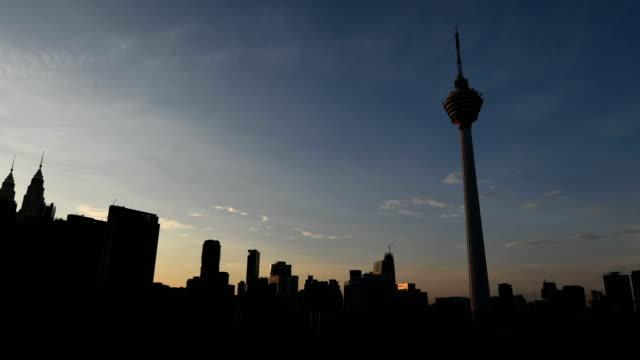 vídeos de stock, filmes e b-roll de kuala lumpur skyline com kl tower - torre menara kuala lumpur