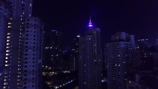 vídeos de stock, filmes e b-roll de kuala lumpur tower, petronas twin towers and kuala lumpur's cityscape by night - torre menara kuala lumpur