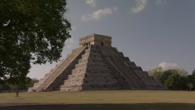vídeos de stock e filmes b-roll de ws kukulkan pyramid at ancient mayan site chichen itza / yucatan, mexico  - por volta do século 7 dc
