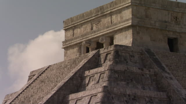 vídeos de stock e filmes b-roll de la cu td kukulkan pyramid at ancient mayan site chichen itza / yucatan, mexico  - por volta do século 7 dc