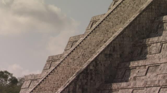 vídeos de stock e filmes b-roll de la tu cu kukulkan pyramid at ancient mayan site chichen itza / yucatan, mexico  - por volta do século 7 dc