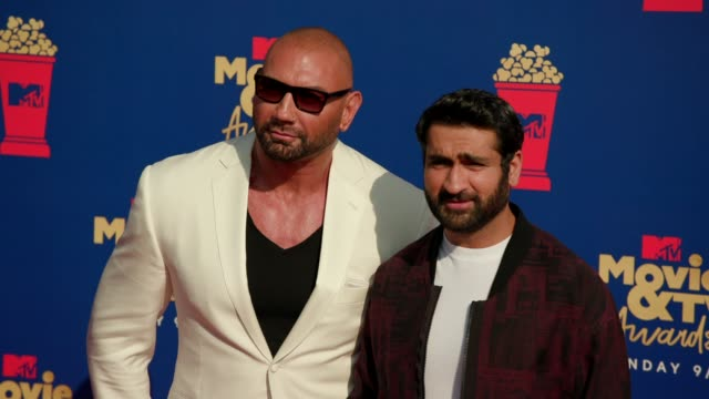 kumail nanjiani and dave bautista at the 2019 mtv movie & tv awards at barkar hangar on june 15, 2019 in santa monica, california. - mtvムービー&tvアワード点の映像素材/bロール