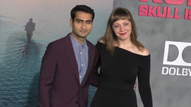 kumail nanjiani emily gordon at dolby theatre on march 08 2017 in hollywood california - キングコング 髑髏島の巨神点の映像素材/bロール