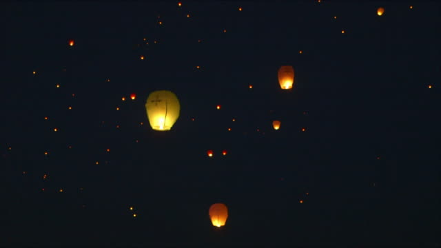 vídeos de stock, filmes e b-roll de kupala night festival lanterns fly into the night sky - lanterna