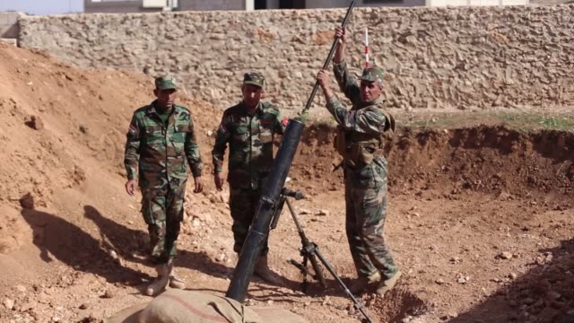 kurdish armed groups prepare ammunition during the clashes with isil on the east of kobani syria on 8 november 2014 according to the armed groups the... - isil konflikt stock-videos und b-roll-filmmaterial