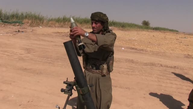 pkk kurdish fighter prepare to launch mortar shell into isis position near the village of uzeira near the city of kirkuk in northern iraq - 迫撃砲点の映像素材/bロール