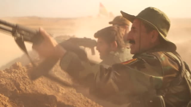 kurdish forces take aim at islamic state held village across the plains leading to mosul - 2014 bildbanksvideor och videomaterial från bakom kulisserna