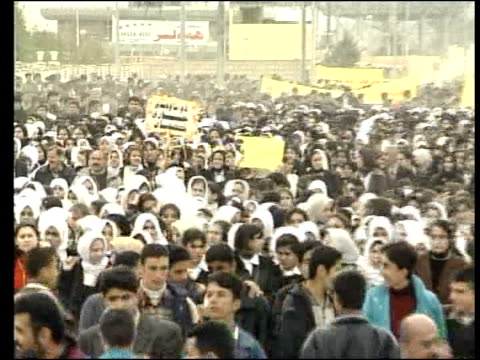 kurdish hopes for post-war iraq/demonstration; itn = strictly no resale or broadcast outside uk. iraq arbil ext group of iraqi kurds chanting as... - irak stock-videos und b-roll-filmmaterial