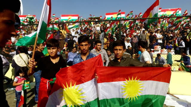 vídeos de stock, filmes e b-roll de kurdish people show their support for the upcoming referendum for independence of kurdistan at a massive rally held at the erbil stadium on september... - curdo