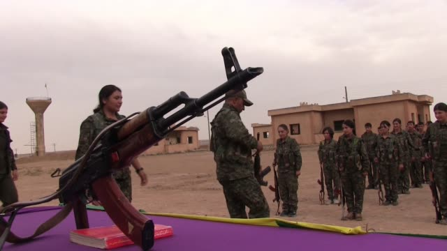 vídeos de stock, filmes e b-roll de kurdish people's protection unit ypg and ypj fighters taking part in a military recruitment ceremony in al hasakah or hassakeh district in syrian... - curdo