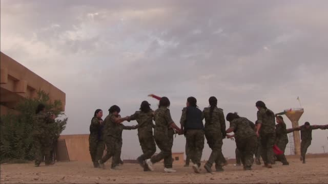 kurdish people's protection unit ypg male and ypj female fighters dancing traditional kurdish dance in a military recruitment ceremony in al hasakah... - kurdischer abstammung stock-videos und b-roll-filmmaterial