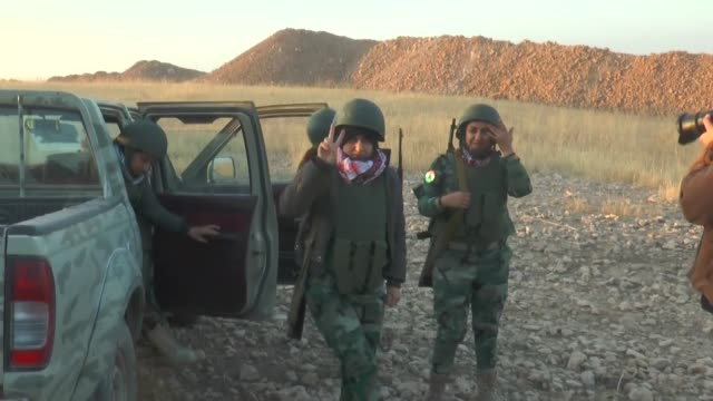 kurdish peshmerga forces launch operation on daeshheld town of bashiqa northeast of mosul as part of the ongoing operation to liberate mosul from... - 2014 bildbanksvideor och videomaterial från bakom kulisserna