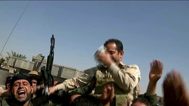 vídeos y material grabado en eventos de stock de kurdish peshmerga forces retake two towns from islamic state fighters iraq ext group of kurdish peshmerga fighters holding up captured black isis... - isis