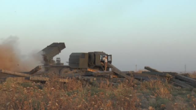 kurdish peshmergas fight against islamic state militants to regain the control of the town of celavle in diyala province, iraq, on august 24, 2014.... - isil konflikt stock-videos und b-roll-filmmaterial