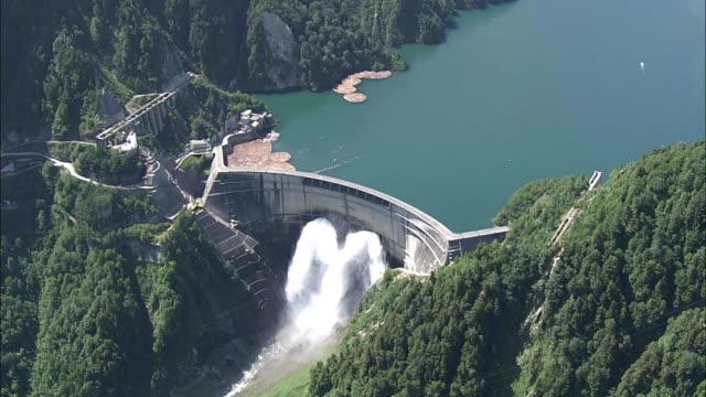 aerial, kurobe dam, toyama, japan - diga video stock e b–roll