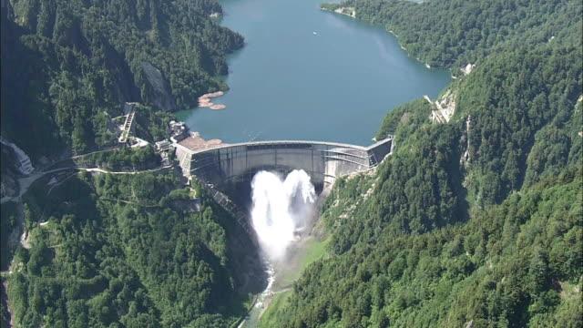 vidéos et rushes de aerial, kurobe dam, toyama, japan - barrage