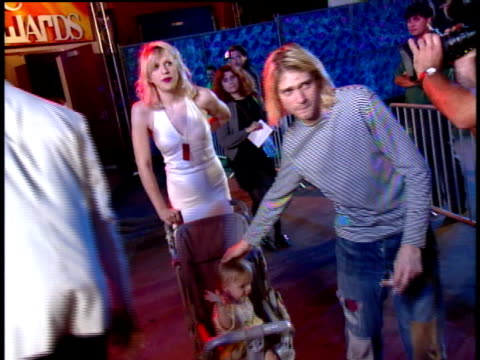 stockvideo's en b-roll-footage met kurt cobain and courtney love arrive at the 1993 mtv video music awards with their daughter francis bean cobain in a stroller - courtney love