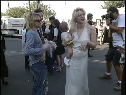 vídeos y material grabado en eventos de stock de kurt cobain, courtney love and frances bean cobain arriving to the 1993 mtv video music awards. - 1993