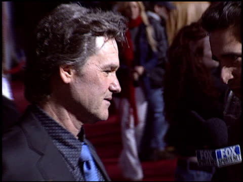 vídeos de stock e filmes b-roll de kurt russell at the 'miracle' premiere at the el capitan theatre in hollywood, california on february 2, 2004. - milagres