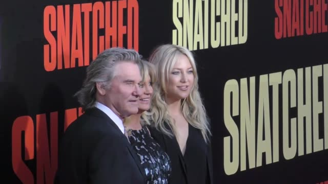 vídeos y material grabado en eventos de stock de kurt russell, goldie hawn & kate hudson at the premiere of 20th century fox's 'snatched' - arrivals on may 10, 2017 in westwood, california. - kate hudson