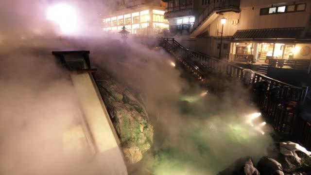 """kusatsu onsen """"yubatake"""" in winter night - 温泉点の映像素材/bロール"""