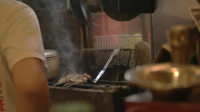 友人の串 yaki.group は食べ、居酒屋で飲みます。 - 居酒屋点の映像素材/bロール